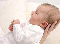 Когда ребенок начинает держать головку самостоятельно