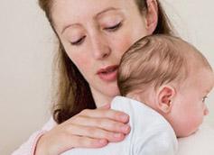 Почему ребёнок срыгивает после кормления грудным молоком или смесью