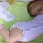 Почему грудничок выгибает спину и запрокидывает голову