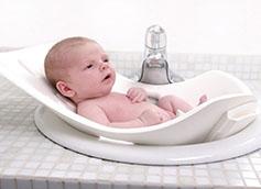 как подмывать новорожденную девочку или мальчика под краном