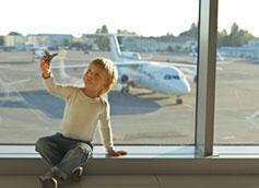 ребенок играет с самолетом в аэропорту