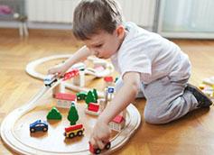 мальчик 4 года играет