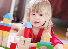 двухлетка играет в кубики