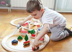 ребенок играет в машинки