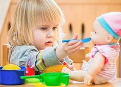 ребенок играет в три года