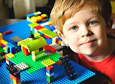 мальчик 8 лет играет