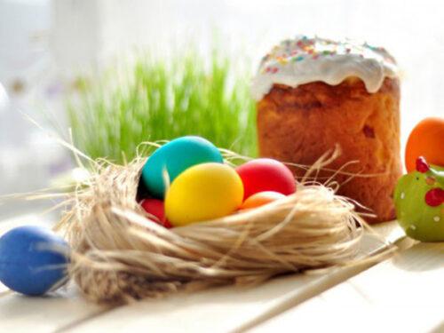 пасхальный кулич и крашенные яйца
