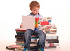 ребенок увлечен книгами