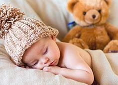 ребенок спит в шапочке