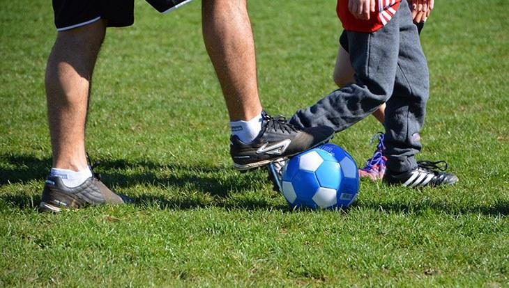 мужчина с ребенком играют в мяч