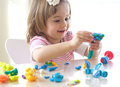 девочка 5 лет играет