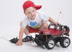 ребенок в 4 года играет с машинкой