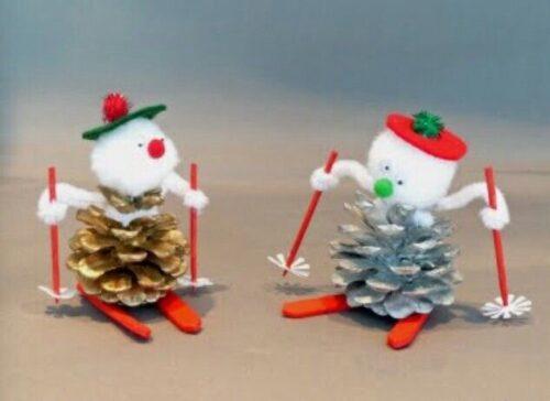 два снеговика из шишек