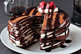 нарезанный торт из панкейков