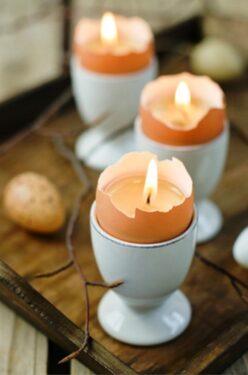 свеча в подставке для яиц