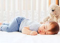 ребенок спит с медвежонком