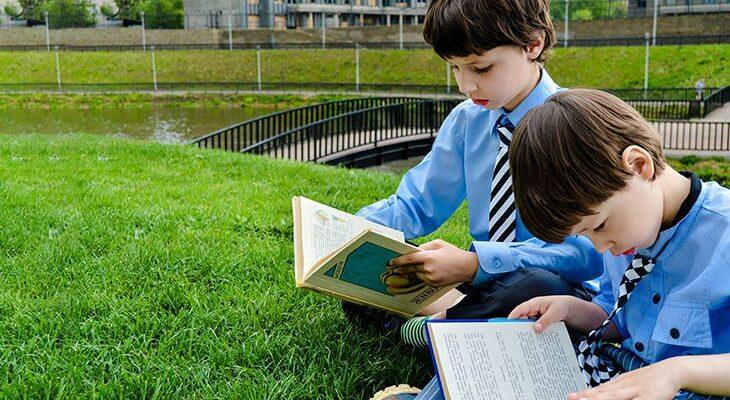 мальчики читают книгу